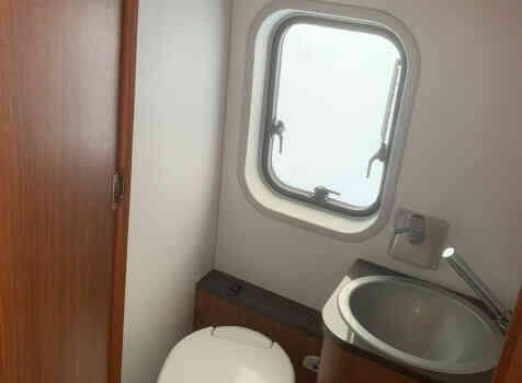 camping-car ADRIA TWIN SL   intérieur / salle de bain  et wc