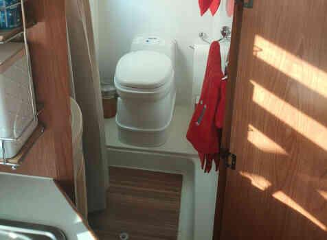 camping-car RIMOR XGO  intérieur / salle de bain  et wc