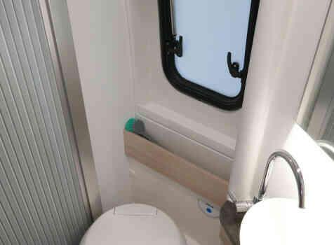 camping-car  ADRIA TWIN PLUS 640 SLB  intérieur / salle de bain  et wc