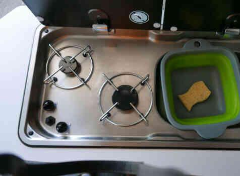 camping-car  ADRIA TWIN PLUS 640 SLB  intérieur  / coin cuisine
