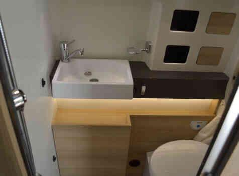 camping-car CAMPEREVE FAMILY VAN  intérieur / salle de bain  et wc