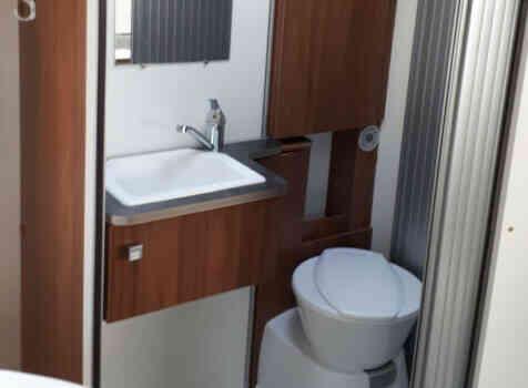 camping-car PILOTE P 650 C ESSENTIEL   intérieur / salle de bain  et wc