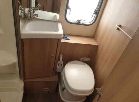 camping-car ROLLER TEAM KRONOS  intérieur / salle de bain  et wc