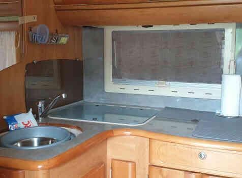 camping-car RAPIDO 786C  intérieur  / coin cuisine