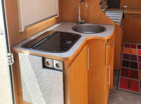 camping-car BAVARIA T072  intérieur  / coin cuisine