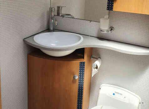 camping-car BAVARIA T072  intérieur / salle de bain  et wc