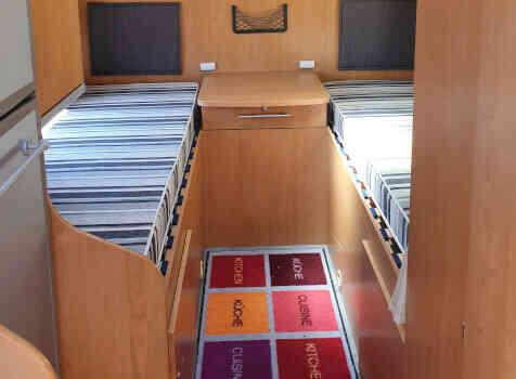 camping-car BAVARIA T072  intérieur / couchage principal