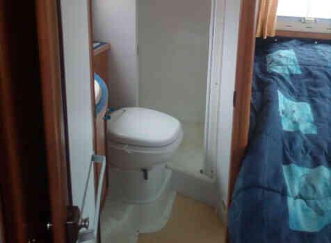 camping-car  RAPIDO 760 F  intérieur / salle de bain  et wc