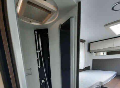 camping-car  BENIMAR TESSORO  intérieur / salle de bain  et wc