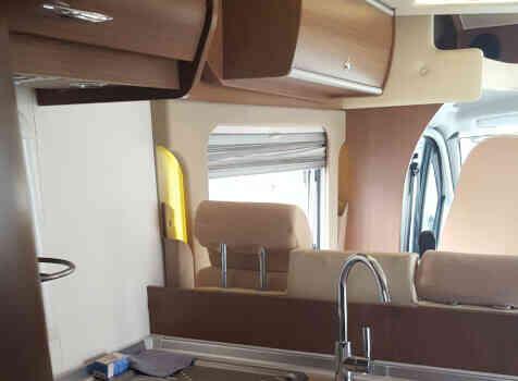 camping-car BURSTNER IT 724 IXEO PLUS  intérieur  / coin cuisine
