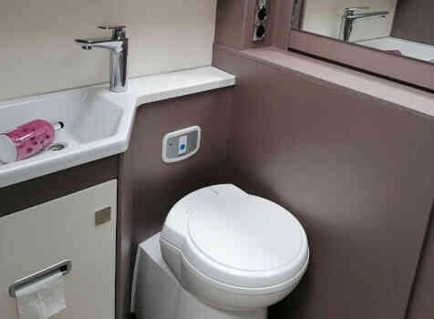 camping-car BURSTNER LYSEO PRIVILEGE TD 680G  intérieur / salle de bain  et wc