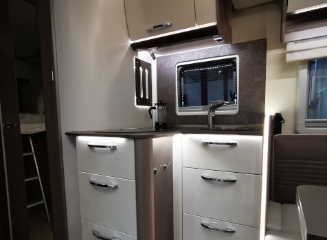 camping-car BURTSNER LYSEO PRIVILEGE TD 727 G  intérieur  / coin cuisine