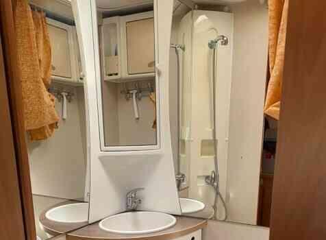 camping-car CHALLENGER GENESIS  intérieur / salle de bain  et wc