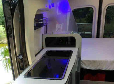camping-car FONT VENDOME FORTYVAN  intérieur  / coin cuisine