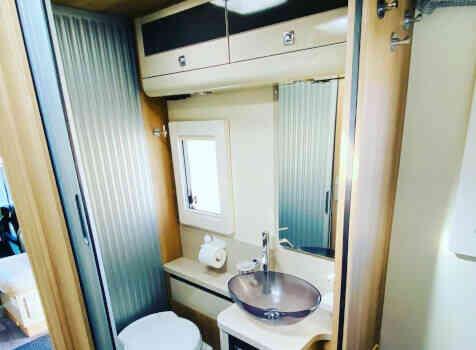 camping-car  ADRIA  SINFONIA 65 XT  intérieur / salle de bain  et wc