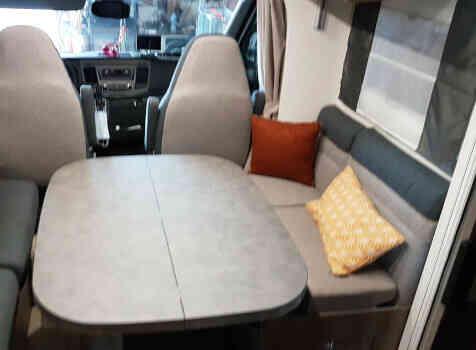 camping-car CHALLENGER 348 XLB  intérieur / coin salon