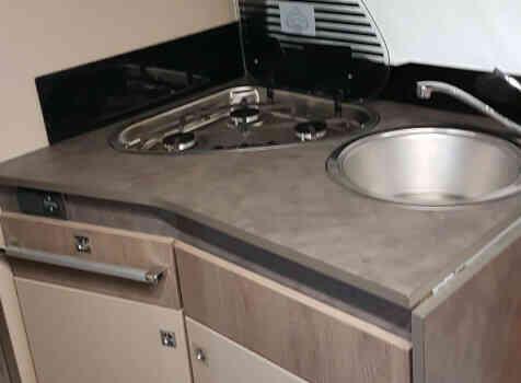 camping-car CHALLENGER 348 XLB  intérieur  / coin cuisine