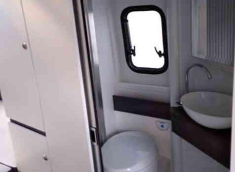 camping-car ADRIA SPB SUPREME 640  intérieur / salle de bain  et wc