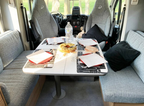 camping-car DETHLEFFS JUST 90 7052 DBL   intérieur / coin salon