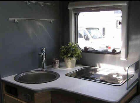camping-car DETHLEFFS JUST 90 7052 DBL   intérieur  / coin cuisine