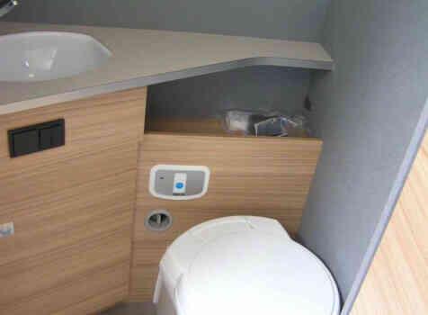 camping-car DETHLEFFS JUST 90 7052 DBL   intérieur / salle de bain  et wc