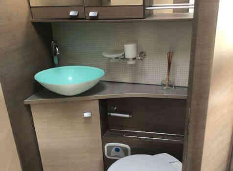 camping-car BAVARIA I 740 LC  intérieur / salle de bain  et wc