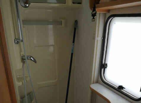 camping-car CHALLENGER 182  intérieur / salle de bain  et wc