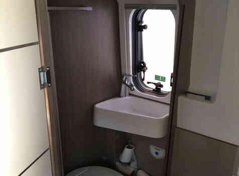 camping-car CHAUSSON TWIST V 594 MAX  intérieur / salle de bain  et wc