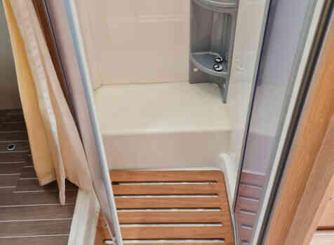camping-car CAPRON SUNLIGHT  intérieur / salle de bain  et wc
