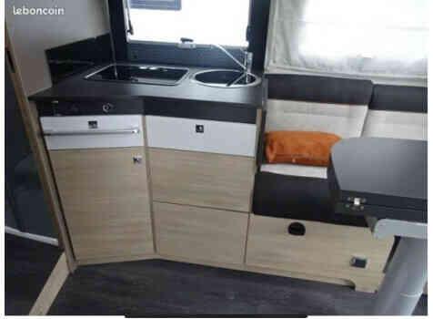 camping-car CHAUSSON 788 TITANIUM   intérieur  / coin cuisine