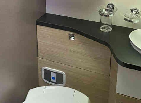 camping-car CHAUSSON 788 TITANIUM   intérieur / salle de bain  et wc