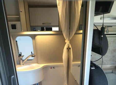 camping-car HYMER FREE 540 EVOLUTION  intérieur / salle de bain  et wc