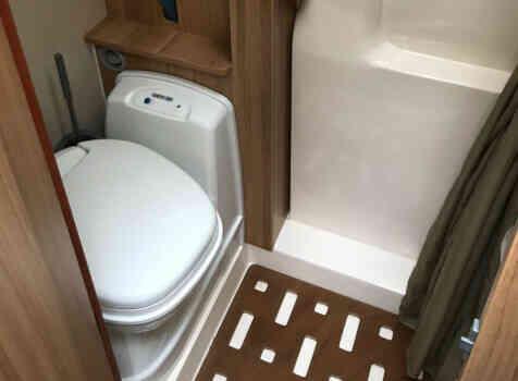 camping-car FOND VENDOME FORTYVAN  intérieur / salle de bain  et wc