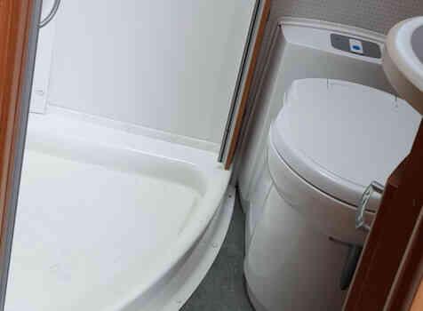 camping-car PILOTE A 710  intérieur / salle de bain  et wc