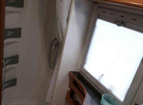 camping-car CI CYPRO 55  intérieur / salle de bain  et wc