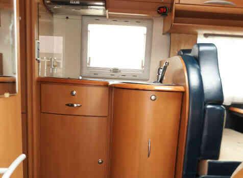 camping-car CI CYPRO 55  intérieur  / coin cuisine