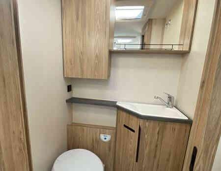 camping-car BAVARIA I 740 STYLE   intérieur / salle de bain  et wc