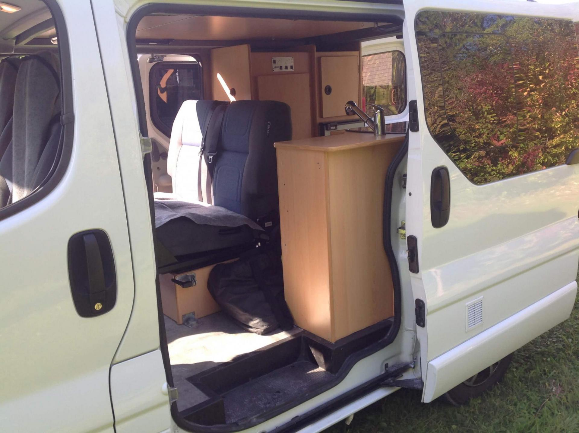 location camping car van la vallotte 10 renault trafic amenage toit relevable hapee. Black Bedroom Furniture Sets. Home Design Ideas